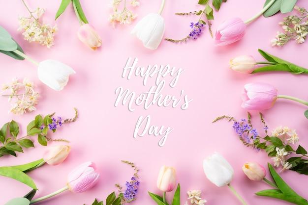 Conceito de dia das mães feliz. vista superior de flores tulipa rosa no quadro