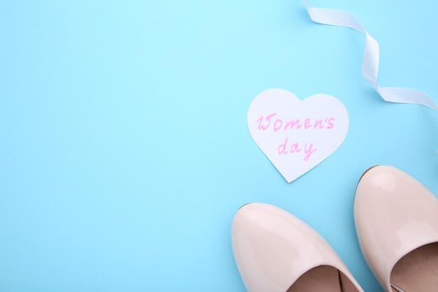 Conceito de dia das mulheres com acessórios em fundo azul