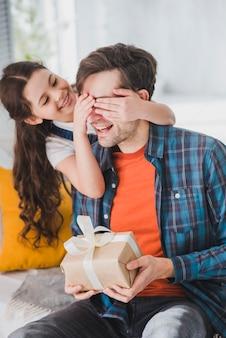 Conceito de dia de pais com filha cobrindo os olhos de pais