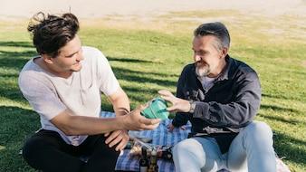 Conceito de dia de pais com filho dando presentes para o pai