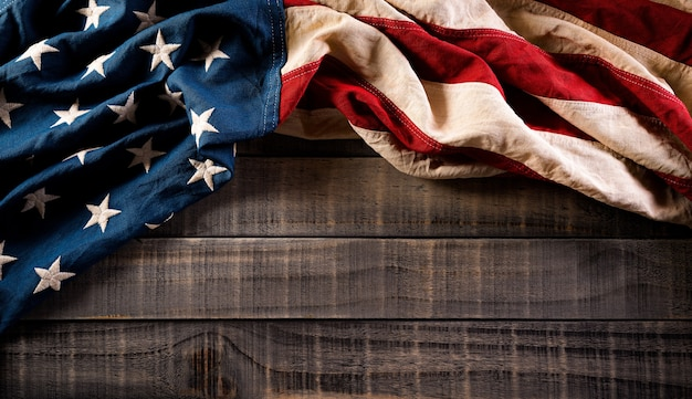 Conceito de dia de presidentes feliz com bandeira dos estados unidos em fundo de madeira velho.