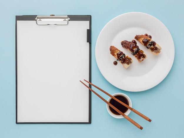 Conceito de dia de sushi vista superior com molho de soja