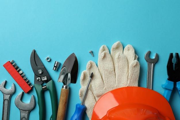Conceito de dia do trabalho com diferentes ferramentas em azul