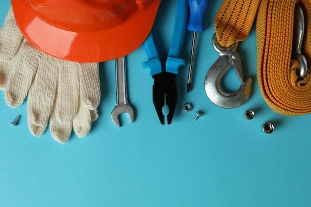 Conceito de dia do trabalho com diferentes ferramentas em fundo azul
