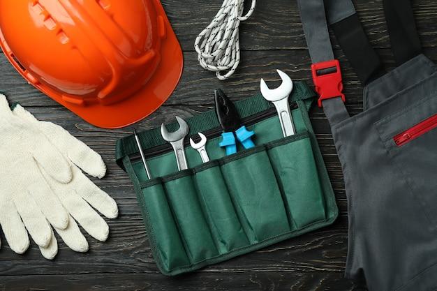 Conceito de dia do trabalho com ferramentas de construção em fundo de madeira