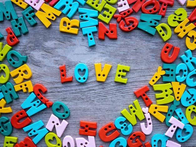 Conceito de dia dos namorados, alfabetos de botão colorido com letras para amor