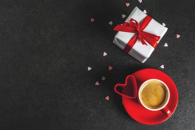 Conceito de dia dos namorados, caixa de presente com fita vermelha, caneca de café