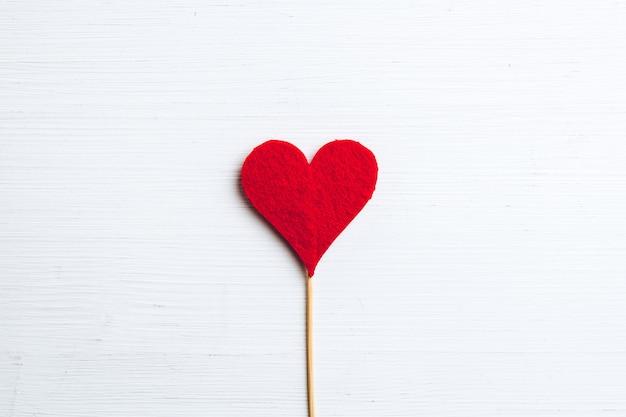 Conceito de dia dos namorados com coração na parede de madeira.