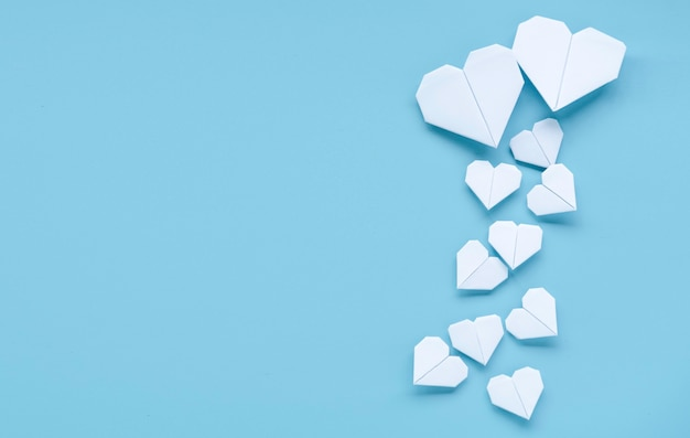 Conceito de dia dos namorados, coração branco sobre fundo azul.