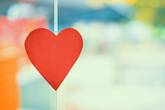 Conceito de dia dos namorados em um dia ensolarado. decoração de papel vermelho esculpido na forma de um coração