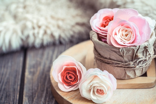 Conceito de dia dos namorados, rosas na mesa de madeira