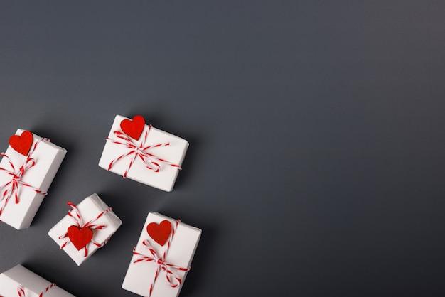Conceito de dia dos namorados, vista superior leiga plana, caixa de presente branca e coração vermelho