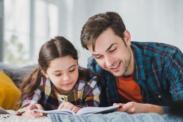 Conceito de dia dos pais com pai e filha lendo