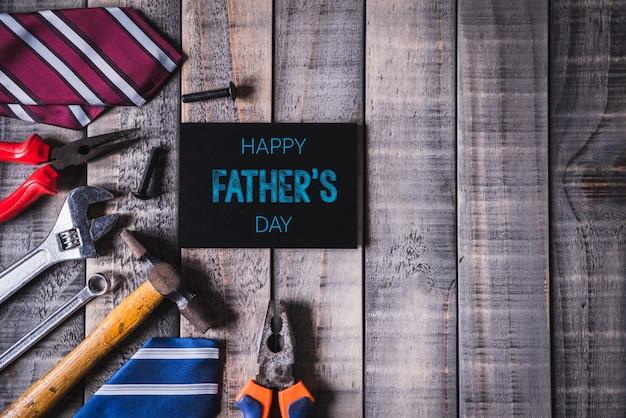 Conceito de dia dos pais feliz na mesa de madeira escura