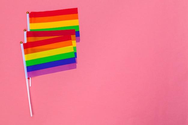 Conceito de dia lgbt. bandeira lgbt em cima da mesa.