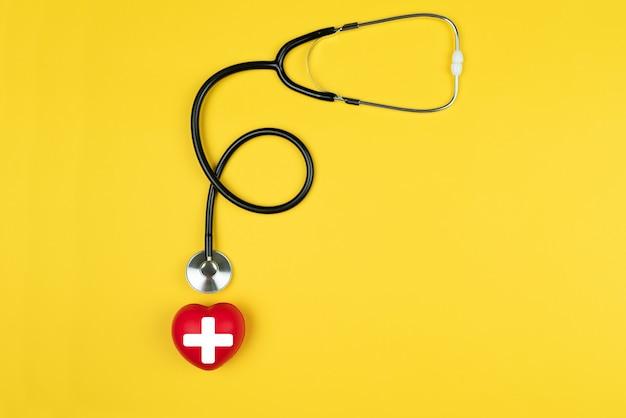 Conceito de dia mundial da cruz vermelha seguro médico de saúde com coração vermelho e estetoscópio
