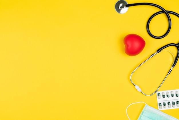 Conceito de dia mundial da saúde seguro médico de saúde com coração vermelho, estetoscópio, máscara e medicina