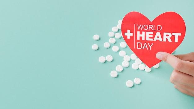 Conceito de dia mundial do coração vista superior com medicamento