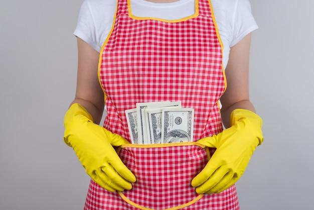Conceito de dicas de hotel. cortado em close de uma pessoa satisfeita com um alto salário extra usando roupas xadrez vermelhas isoladas de parede cinza
