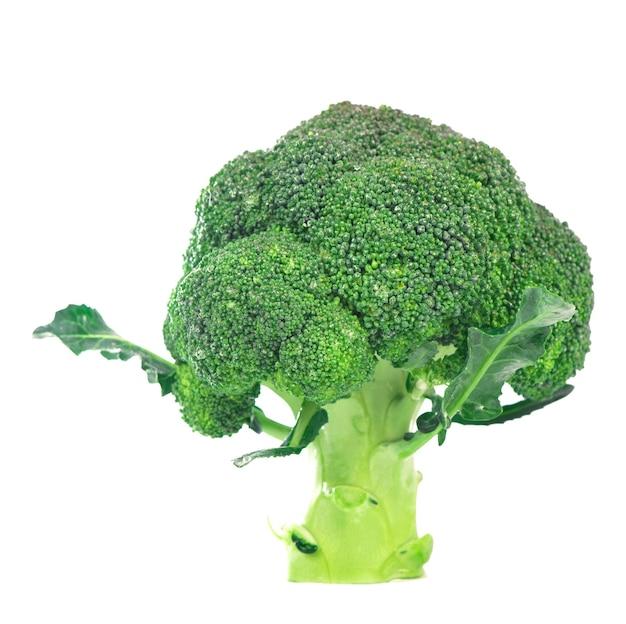 Conceito de dieta alimentar saudável - brócolis verde fresco isolado no fundo branco