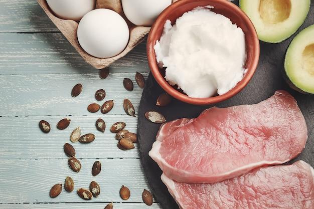 Conceito de dieta cetogênica, alimentos dietéticos na mesa de luz