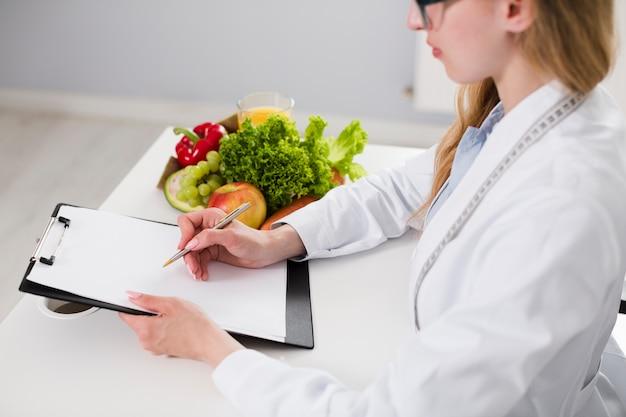 Conceito de dieta com cientista feminina e comida saudável