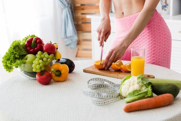 Conceito de dieta com mulher desportiva na cozinha