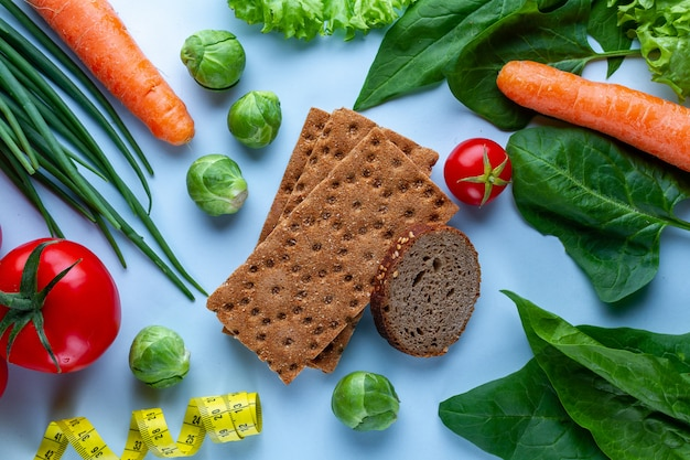 Conceito de dieta e nutrição. legumes frescos maduros para cozinhar pratos saudáveis. alimento de fibra limpo e equilibrado. fitness comer e perder peso. coma direito