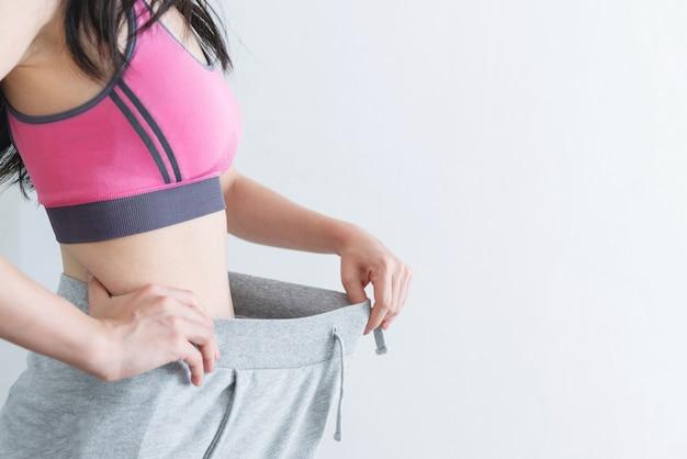 Conceito de dieta e perda de peso, mulher com corpo magro e saudável