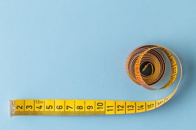Conceito de dieta. fita métrica em azul de cor.