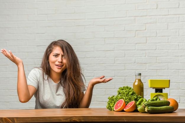 Conceito de dieta. retrato, de, um, saudável, jovem, latim, mulher, louco, e, desesperado