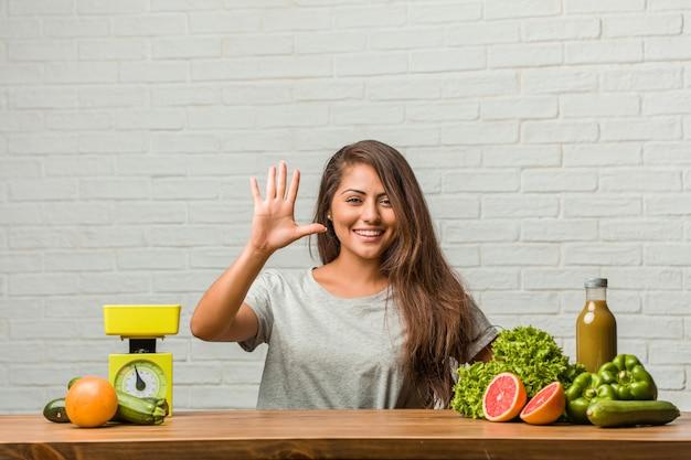 Conceito de dieta. retrato, de, um, saudável, jovem, latim, mulher, mostrando, numere cinco