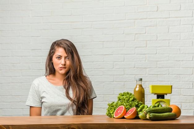 Conceito de dieta. retrato, de, um, saudável, jovem, latim, mulher, preocupado, e, oprimido