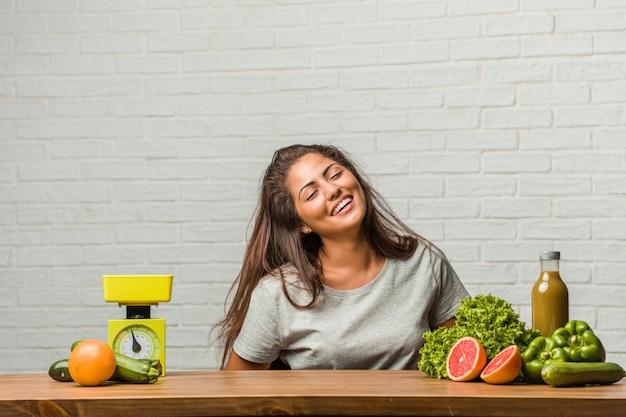 Conceito de dieta. retrato, de, um, saudável, jovem, latim, mulher, rir, e, tendo divertimento