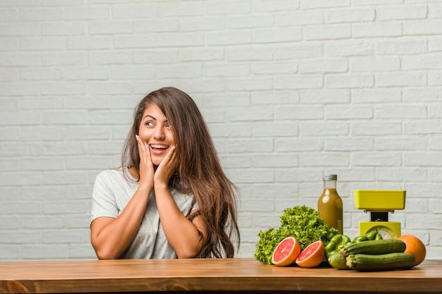 Conceito de dieta. retrato, de, um, saudável, jovem, latim, mulher, surpreendido, e, chocado