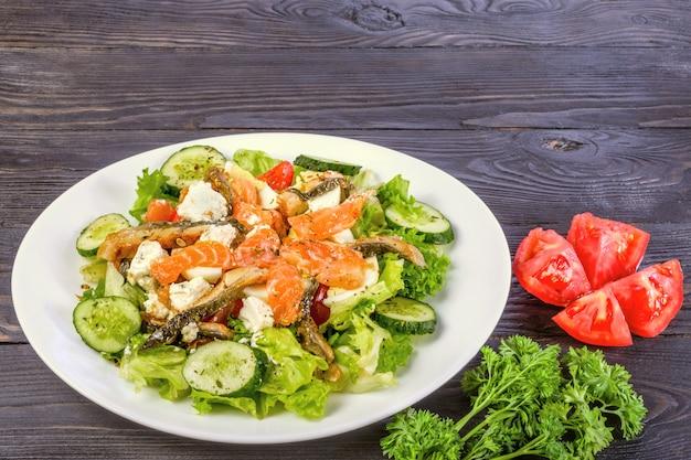Conceito de dieta saudável. salada de salmão defumado e enguia defumada, com legumes e folhas de alface.