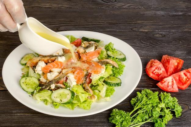Conceito de dieta saudável. salada de salmão defumado e peixe defumado, com legumes e folhas de alface