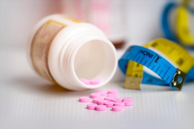 Conceito de dieta; slim com pílulas