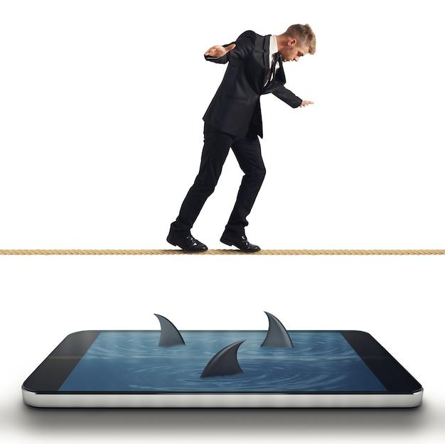 Conceito de dificuldade com empresário com problemas com seu smartphone