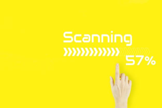 Conceito de digitalização futurista e tecnológico. dedo da mão de jovem apontando com holograma em fundo amarelo. segurança cibernética e proteção de dados.