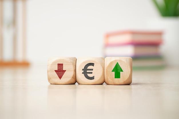 Conceito de dinâmica ascendente e descendente de moeda eur com flechas.
