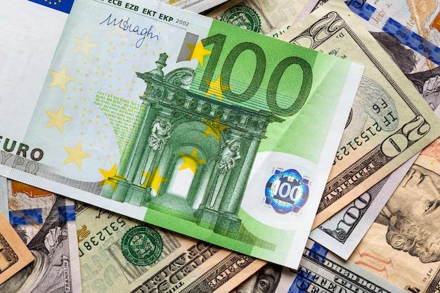 Conceito de dinheiro e finanças. nota de cem euros nova em colorido