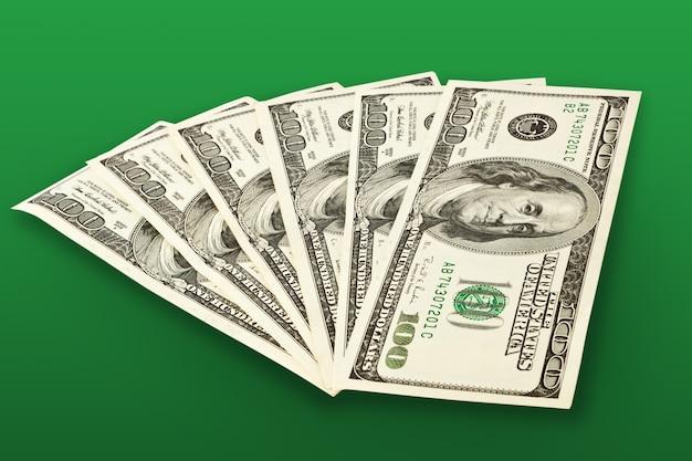 Conceito de dinheiro - notas de vários dólares sobre o verde
