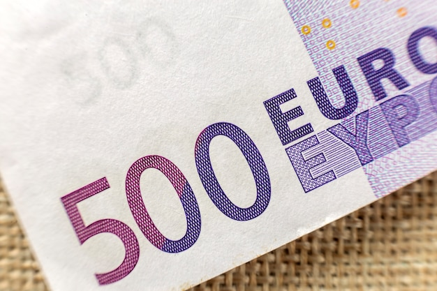 Conceito de dinheiro, ocupação e finanças. detalhe parte de quinhentas notas de banco em moeda nacional do euro. símbolo de riqueza e prosperidade.