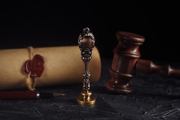 Conceito de direito com carimbo no tribunal. martelo de madeira e selo de cera notarial antigo