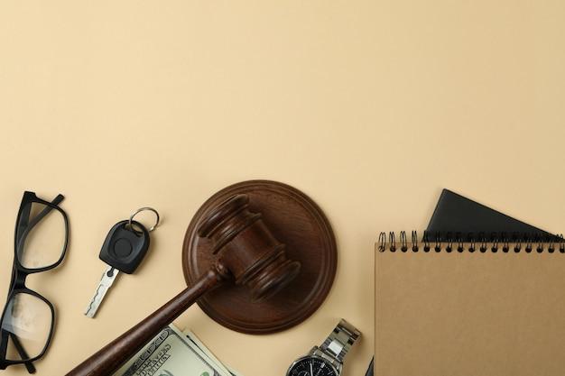 Conceito de direito com martelo de juiz em fundo bege