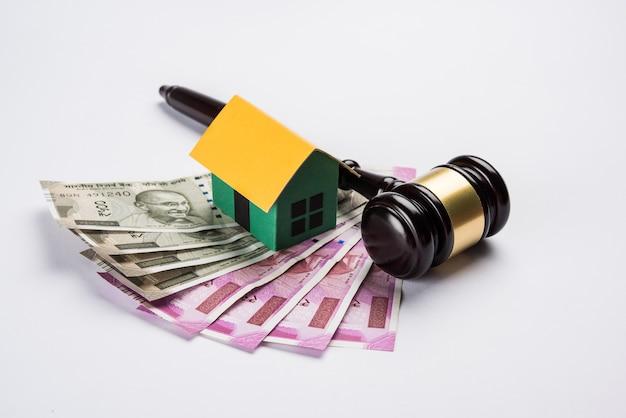 Conceito de direito imobiliário indiano mostrando martelo de madeira, modelo de casa em 3d e martelo de madeira, foco seletivo