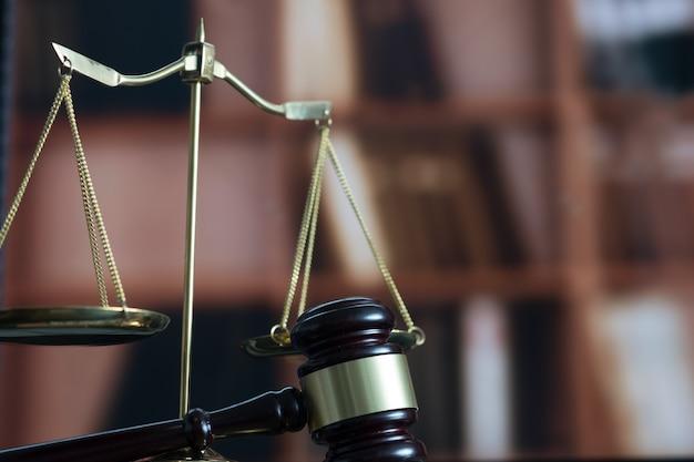 Conceito de direito martelo de juiz e livro legal