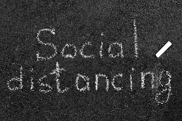 Conceito de distanciamento social com giz
