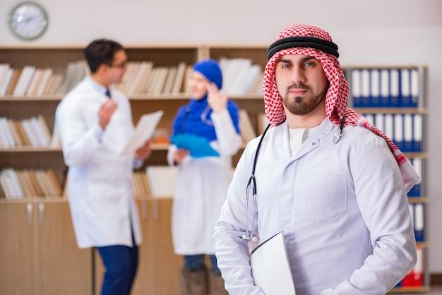 Conceito de diversidade com médicos no hospital